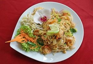 Restaurant-Speisekarte: Gebratene Nudeln mit Garnelen, Tofu, Ei und Gemüse (Phad Thai Gung)