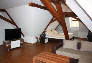 Loft-Appartment: Wohn- & Schlafbereich