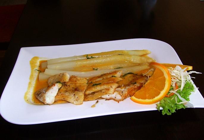 Restaurant-Speisekarte: Baramundifilet mit frischem Stangenspargel und thailändischem Gemüse (Spargelsaison)