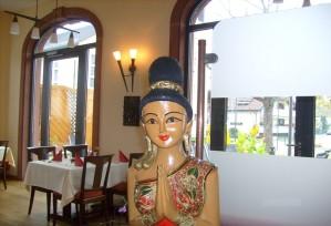 Restaurant: Thai-Empfangsdame | Thai Tawan - Thailändische Gerichte für die Urlaubsregion Europa-Park Rust