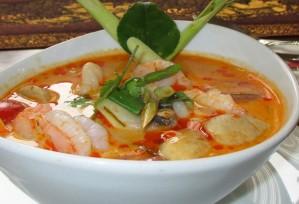 Restaurant-Speisekarte: Garnelensuppe mit Zitronengras, leicht scharf (Tom Yam Gung)