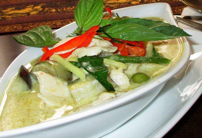Restaurant-Speisekarte: Hähnchenbrustfilet in grüner Curry-Kokosmilch-Soße mit Bambussprossen (Gaeng Kiew Whan Gai)