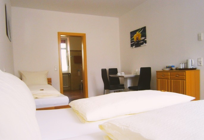 Dreibettzimmer: Wohn- & Schlafbereich